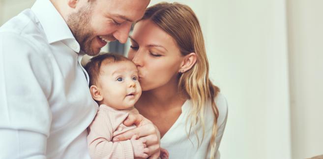 Oponenci argumentują, że wydłużenie terminu nie przyniesie korzyści ani dziecku, ani matce., dziecko, rodzina