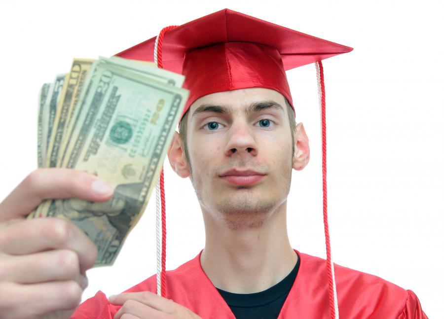 Student trzymający w dłoni gotówkę, mat. shutterstock