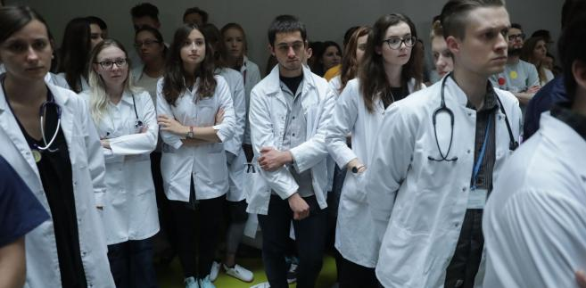 Ponad 20 lekarzy rezydentów od 2 października prowadzi głodówkę w hallu głównym Dziecięcego Szpitala Klinicznego w Warszawie.