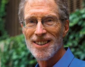 Corey Rosen założyciel Narodowego Centrum Badań nad Akcjonariatem Pracowniczym (National Center for Employee Ownership). NCEO utworzył w 1981 r., po pięciu latach pracy w zespole prawnym amerykańskiego Senatu, gdzie opracowywał regulacje dotyczące akcjonariatu pracowniczego. Badaniom firm sięgającym po to rozwiązanie poświęcił większość zawodowego życia. Wykłada na Uniwersytecie Rutgersa