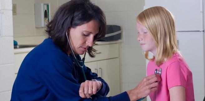 Pielęgniarki miałyby monitorować, czy rodzice stosują się do zaleceń, a o błędach raportować lekarzowi.