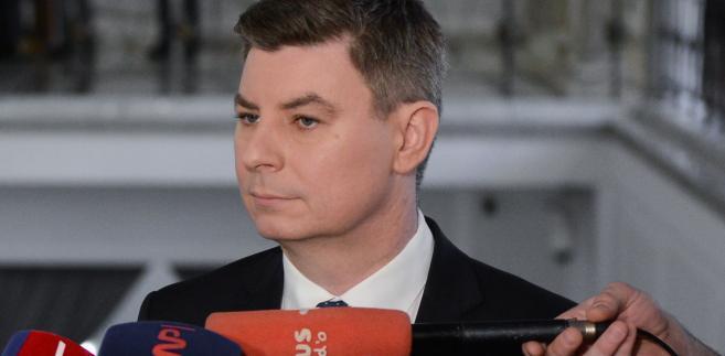 Rzecznik PO przypomniał, że jeszcze w poniedziałek szef rządu zapowiadał redukcję o 20-25 proc. liczby wiceministrów (łącznie jak mówił Morawiecki ministrów i ich zastępców w randze sekretarzy i podsekretarzy stanu jest 126)