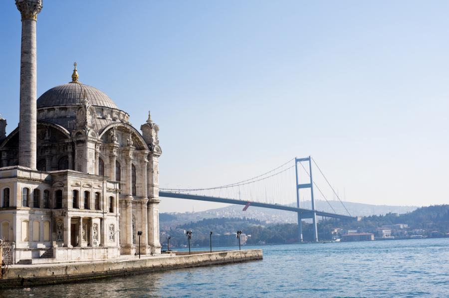 Most Boğaziçi, łaczący Azję i Europę ponad Cieśniną Bosfor w Istambule, liczy 1074 m długości.