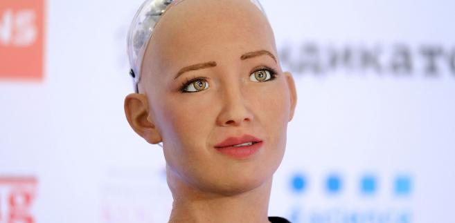 """""""Ten proces jest nieodwracalny i maszyny będą sukcesywnie zastępować ludzi. W Lizbonie w ostatnich tygodniach roboty pojawiły się już w jednej z fundacji badawczych, a także w stołecznym ośrodku terapeutycznym, gdzie leczone są osoby cierpiące na chorobę Alzheimera"""" - odnotował Monteiro."""