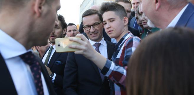 Premier Morawiecki na spotkaniu z mieszkańcami Węgrowa.