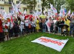 """""""Czerwona kartka dla minister Zalewskiej"""". Protest nauczycieli i związkowców Solidarności przed ministerstwem edukacji"""