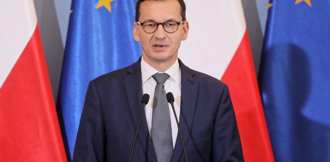 """Szef rządu podkreślił, że dzięki zaangażowaniu pracowników RCB, ich """"odpowiedzialnej postawie, umiejętnościom wzrasta bezpieczeństwo Polski""""."""