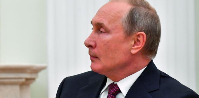 """Szef MSZ podkreślił, że nie wyklucza spotkań dwustronnych na wysokim szczeblu, jeśli strony uzgodnią ich temat. """"Niech spotkają się wiceministrowie spraw zagranicznych i określą, co można zrobić. Ja również jestem gotów do rozmów"""" - zapowiedział szef polskiej dyplomacji. Na zdjęciu: Władimir Putin"""