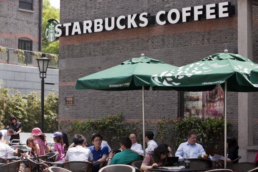 Klienci Starbucksa w jednej z jego kawiarnii w Szanghaju, Chiny.