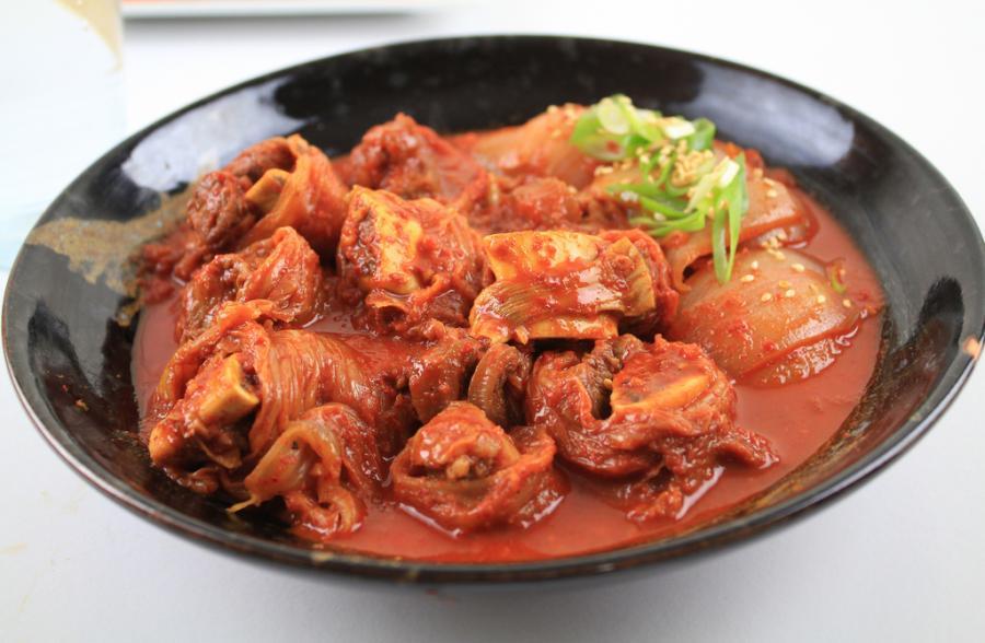 Kimchi - tradycyjne danie pochodzące z Korei, składające się z fermentowanych lub kiszonych warzyw: kapusty, papryczek, cebuli, rzodkwi. Warzywa marynowane są razem z owocami morza. Fot.flickr/KFoodaddict
