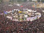 1. Upadek reżimów w Tunezji i Egipcie. Przyczyną wybuchu masowych protestów o charakterze politycznym, społecznym i gospodarczym było niezadowolenie obywateli z warunków życia, bezrobocia, rosnących cen żywności, a także korupcji i nepotyzmu władz. W Tunezji obalony został wieloletni prezydent Zin Al-Abidin Ben Ali, natomiast w Egipcie z fotela prezydenta ustąpił Hosni Mubarak. Fot.flickr/Gigi Ibrahim