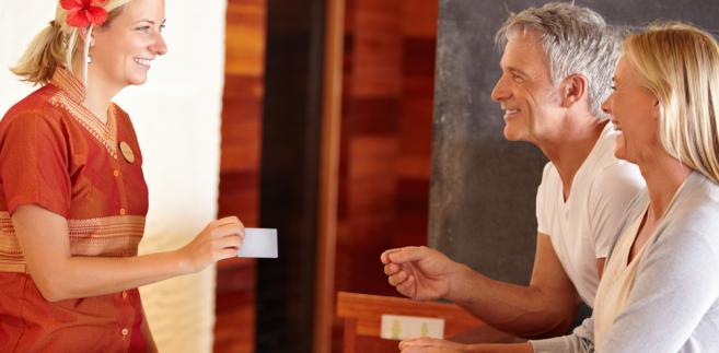 Przed wyjazdem za granicę wielu turystów zastanawia się, czy lepiej zabrać ze sobą gotówkę czy korzystać z kart płatniczych.