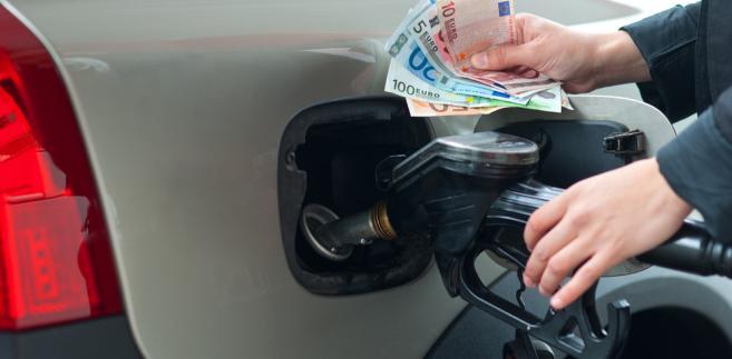 Cena najpopularniejszej benzyny spadła w ciągu ostatnich dwóch miesięcy przeciętnie o 5,6 proc., czyli o 32 gr na litrze.