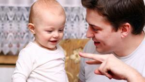 Wciąż działa bariera mentalna: ludzie śmieją się z ojców, którzy chcą opiekować się dzieckiem.